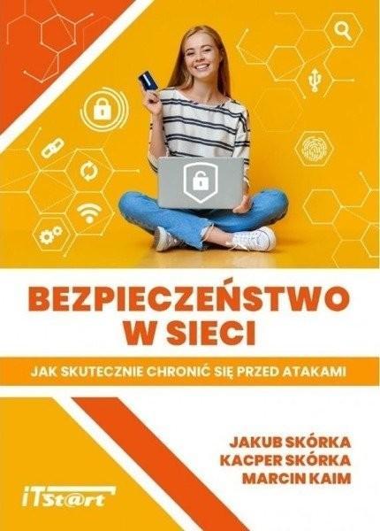 """Książka """"Bezpieczeństwo w sieci"""". Na okładce uśmiechnięta dziewczyna z laptopem na kolanach."""