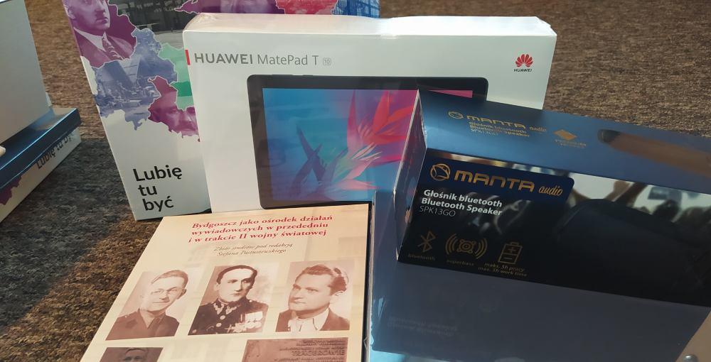 Nagrody dla laureatów: tablet Huawei, książki, gra planszowa, głośnik bezprzewodowy.