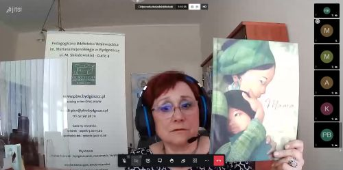 Doktor Maria Sobieszczyk prezentuje książkę podczas seminarium online.