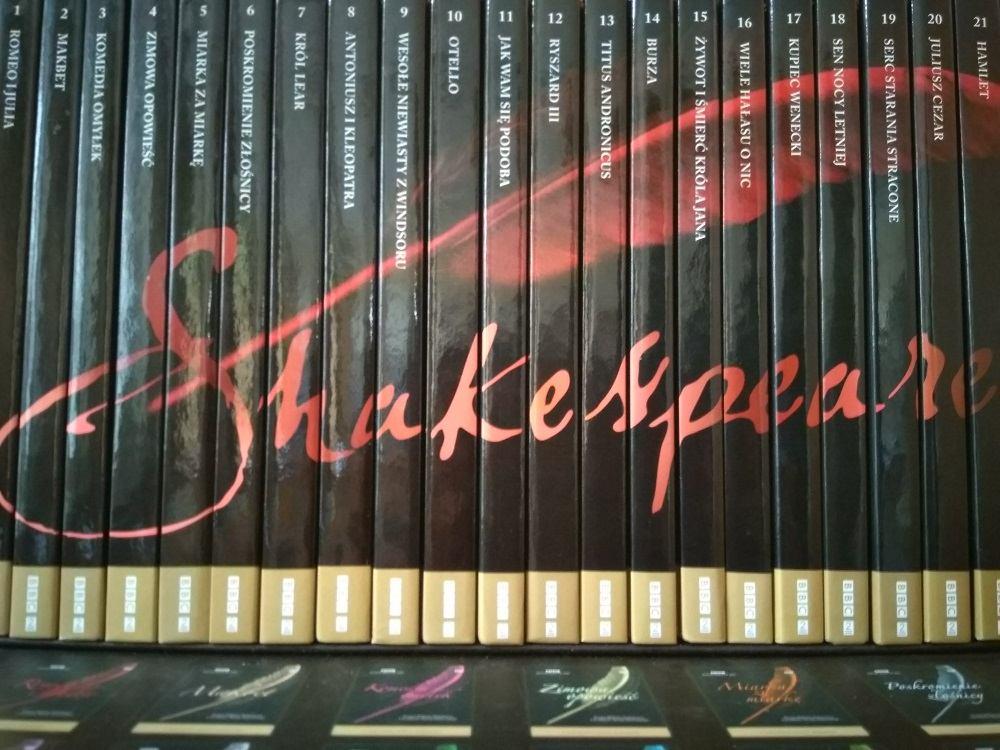 Seria filmów DVD z ekranizacjami dramatów i komedii Szekspira. Grzbiety okładek ustawione w kolejności tworzą autograf Shakespeare'a.