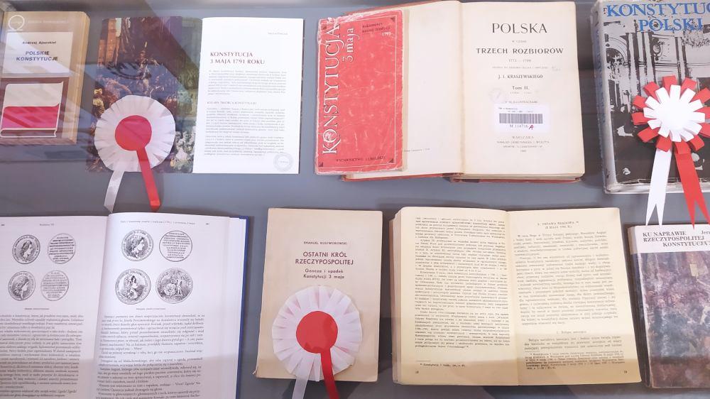 Wystawa książek w gablocie o Konstytucji 3 Maja oraz kotyliony w barwach narodowych.