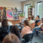Ujęcie z tyłu czytelni na spotkanie autorskie z Martą Sobiecką.