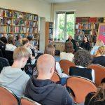 Młodzież na spotkaniu z pisarką Martą Sobiecką w bibliotece.