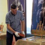 Jarosław Gaudek prezentuje eksponaty na wystawie.