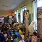 Uczniowie na wystawie o Biblii wśród banerów i eksponatów.