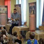 Dzieci słuchają opowieści o Biblii.