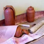 Rekonstrukcja zwojów Pisma św. i glinianych naczyń, w których je odnaleziono.