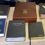 Różne wydania Biblii.
