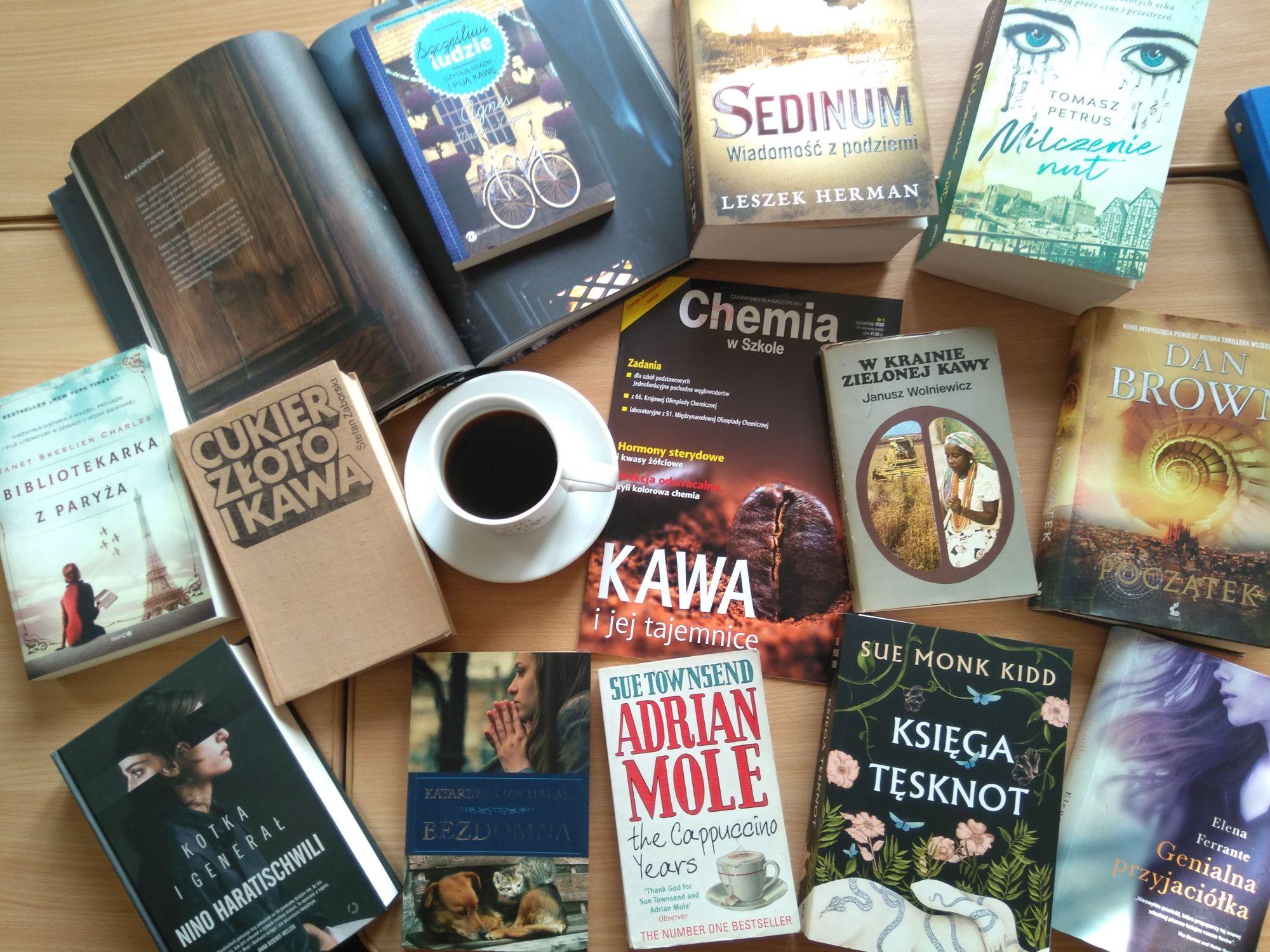Okładki książek rozłożone na stole wokół kawy w filiżance.