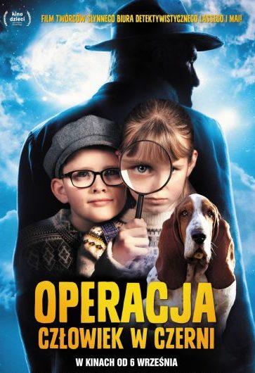 """Plakat do filmu """"Operacja: Człowiek w czerni"""". Chłopiec i dziewczynka z lupą oraz pies basset na tle ciemnej postaci mężczyzny w kapeluszu."""